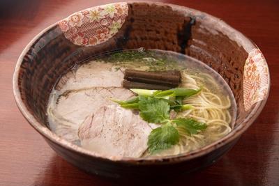 名古屋コーチンなどを使った「地鶏の塩そば」(880円)。定番の一杯だが遊び心で盛り付けを変えていて、器も同じものは一つもない