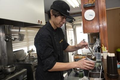 """""""ヌードルクリエーター""""として日々ラーメンを創作。スープ、麺、チャーシュー、トッピングなどを変化・進化させている"""