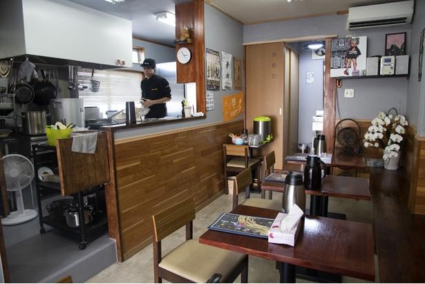 カウンター席はなく、店内はテーブル(12席)のみ。昔ながらのアットホームな雰囲気で、席からキッチンの様子が見られる