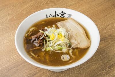 【写真を見る】「煮干醤油らーめん」(690円)。煮干しの風味は強いがクセが少なく、スッキリと飲みやすい