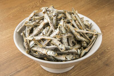 煮干しは瀬戸内海の伊吹イリコ。エグミがなく、上品なダシが取れる。大量の煮干しを贅沢に使っている