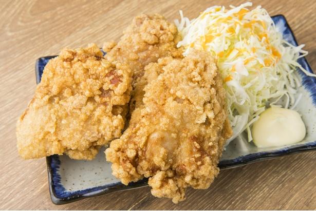 「カラアゲ」(3個・600円)。皿からはみ出るほどの特大サイズ。衣がサクサクの軽やかな食感で噛むとジューシーな肉汁があふれ出す