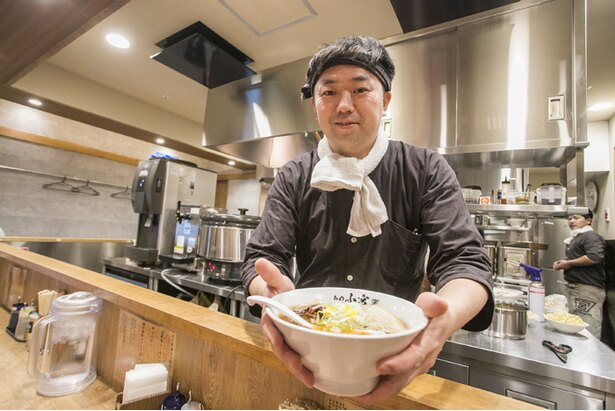 店長の小宮タカユキさん。師匠である小宮一哲氏を尊敬し、自らも「小宮」性を名乗る