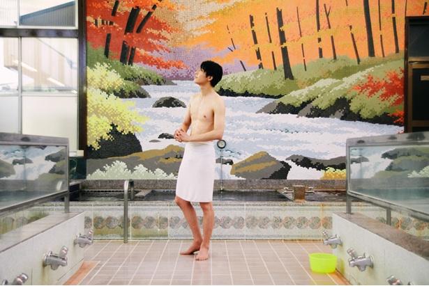 「青森・奥入瀬渓流の紅葉」の大きなタイル画の前で瞑想にふける。「耳を澄ませば、川のせせらぎが今にも聞こえてきそう」
