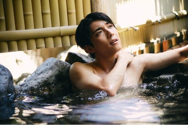 【写真を見る】中庭を利用した露天風呂にて。「昼間の露天風呂って気持ちいいですね。最近は温泉に全然行けていないです。彼女との温泉旅行は憧れですね」
