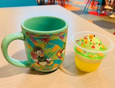グリーンカラーのポップなカップにはジューシーなパイナップルゼリー&ヨーグルトムース(800円)が入っている