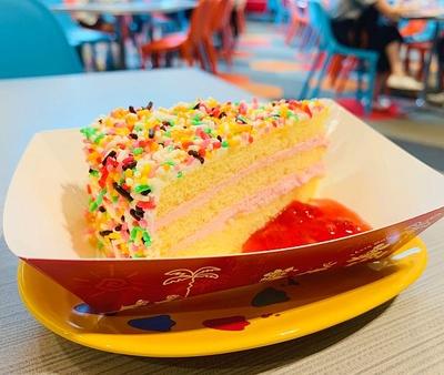 カラースプレーがたっぷり!ストロベリークリームケーキ(プレート付き850円)