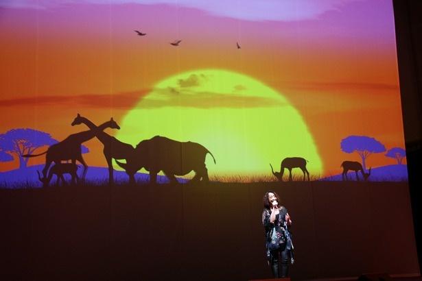 【写真を見る】感動!冒頭の太陽が昇るシーンをステージで再現!