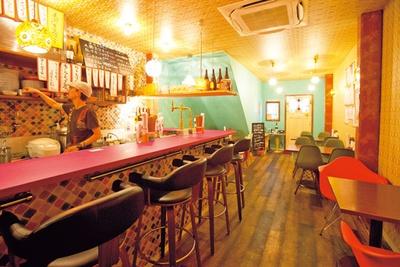 2人用のテーブルやハイカウンターが並ぶ店内は少人数飲みに最適