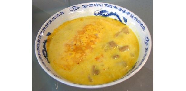 スープにカレー粉を入れるのがポイント「オム・カレーラーメン」