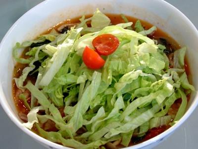 たっぷりのレタスの下はあんかけのスープがほかほか!「あんかけイタリア風ラーメン」