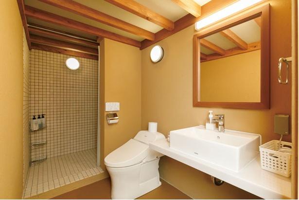 広々とした洗面所に水洗トイレ、シャワー室まで完備 / モンベル五ヶ山ベースキャンプ