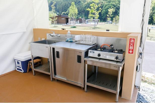 2口ガスコンロから鍋、キッチン用品までそろう。お湯が出るのもうれしい / モンベル五ヶ山ベースキャンプ