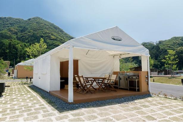 外のデッキ部分のテントは開け閉め自由。すべて開けると開放感抜群 / モンベル五ヶ山ベースキャンプ