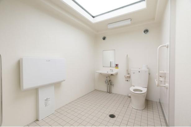トイレにはおむつ交換台もあり / モンベル五ヶ山ベースキャンプ