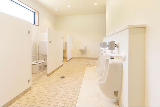 トイレA棟には幼児用便座と男児用小便器も備える / モンベル五ヶ山ベースキャンプ