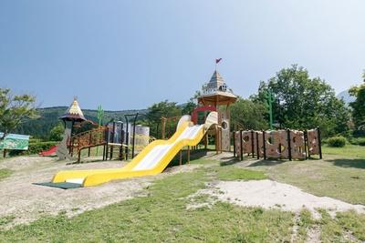 遊具のメインは巨大な滑り台。傾斜が緩やかなので、小さな子供も安心して滑れる  / 四季の里旭志キャンプ場