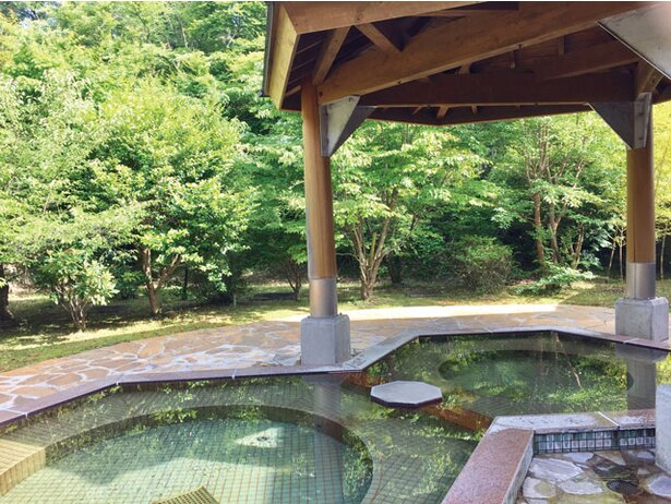 「鞍岳の湯」は山側にあるため、自然を愛でながら入浴できる。秋は紅葉が美しい / 四季の里旭志キャンプ場