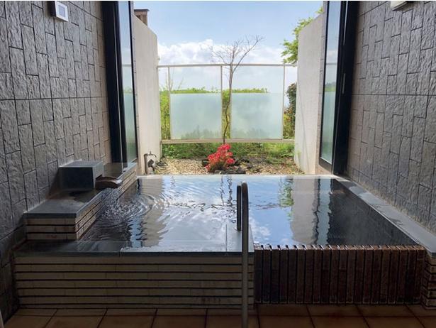 本館隣に貸切り風呂棟も。おむつ交換台はないがベンチで代用可 / 四季の里旭志キャンプ場