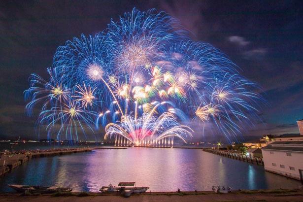 真上だけではなく、琵琶湖上を左右に飛び交い、息もつけないほどの花火を次々と披露する/長浜・北びわ湖大花火大会