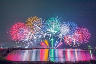 スターマインを中心とした花火が琵琶湖の湖面を華やかに照らす様子は、まさに絵画のような美しさ/長浜・北びわ湖大花火大会