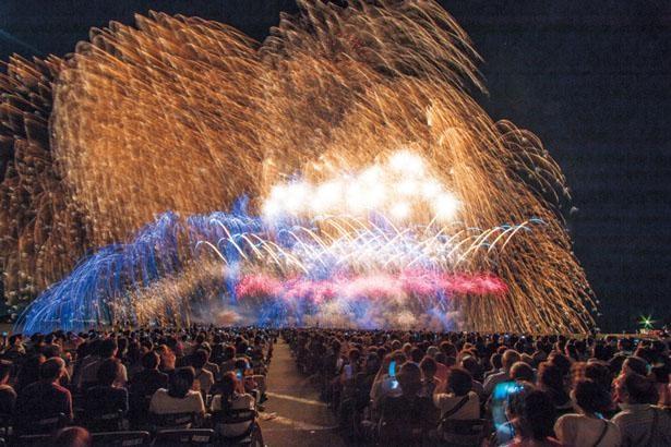 特別観覧席のイス席から見る大輪の花火は絶景。間近で打ち上げられるため、音も迫力満点!