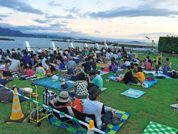 特別観覧席の一般席はエリアごとの指定。レジャーシートを持参してゆっくりと観覧できる/長浜・北びわ湖大花火大会