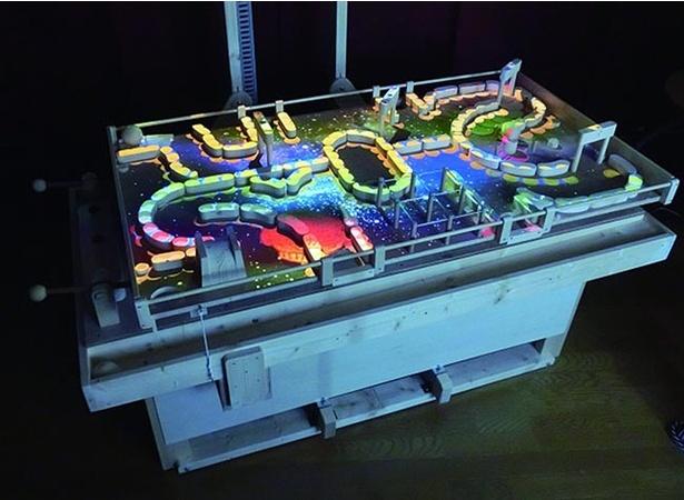 【写真を見る】ゴールまで運ぶ巨大なゲーム盤「コログラッド」