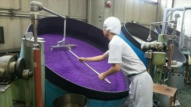 直径1.5cmの金平糖を作るのに要する時間は約2週間。大釜を使って器用にかき回す職人の手さばきにも注目を