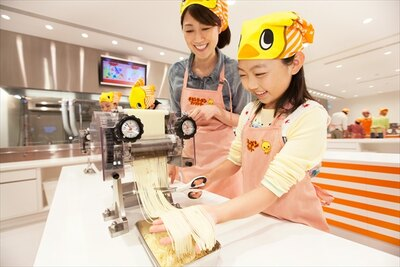 「瞬間油熱乾燥法」で乾燥するまでの工程を体験できるチキンラーメンファクトリー。小学生300円、中学生以上500円(要予約)