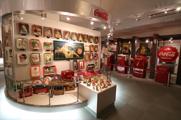 えびの工場の1階にあるコレクションギャラリーには、貴重なグッズが700点以上展示されている