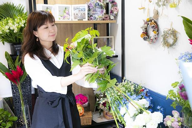 ふわっと優しく包み込むような笑顔の若林さん。花を選ぶのに悩んだら相談してみて