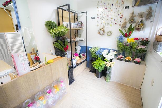 【写真を見る】こぢんまりとした空間に、ブーケやリース、雑貨などが並んでいる