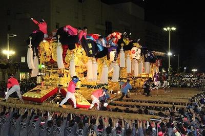 【写真を見る】太鼓台は豪華な金刺繍の飾り幕が特徴
