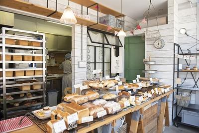 【写真を見る】食事パン、惣菜パン、菓子パン・・・、焼きたてがずらり!