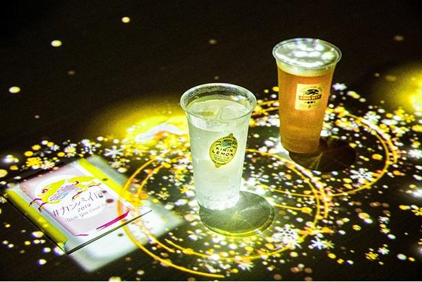 ドリンク(ソフトドリンク100円、アルコール400円~)のグラスを動かして、カンパイすると、きらめく光がさまざまに変化