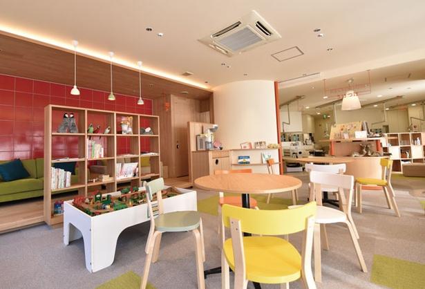 KiD's歯科べふ / 待合室には木のおもちゃや絵本をそろえ、コーヒーと冷たい麦茶のサービスも