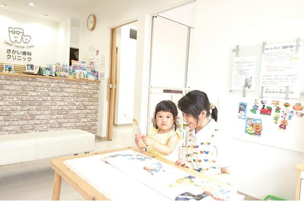 【写真を見る】さかい歯科クリニック / 上の子の受診で親が付き添う際、保育士に下の子を見てもらうこともできる