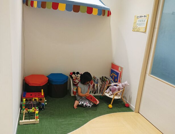 こまざわ歯科クリニック / キッズスペースに絵本やおもちゃが豊富