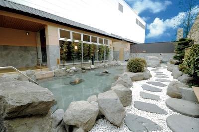 天然温泉 コロナの湯 小倉店 / 開放感あふれる露天「岩風呂」。天然温泉は地下深くから湧き出ている