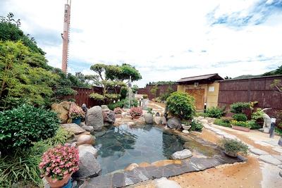 まむしの湯 / 広々とした庭園風の露天エリアに、男女各5つの湯舟が点在している