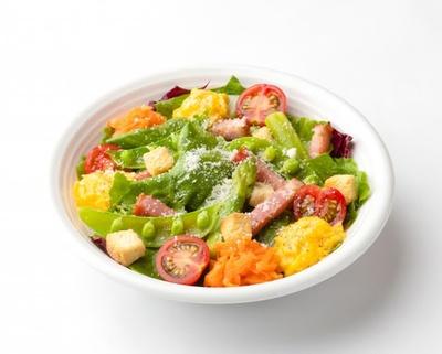 「季節野菜ととろっとスクランブルのシーザーサラダ」