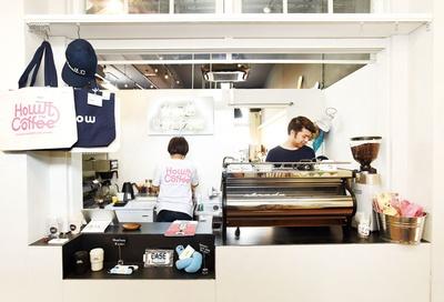 【写真を見る】Howlt Coffee / 旧大名小学校内「awabar fukuoka」の一角に開店。多彩なプロデュースを手がける「株式会社サイノウ」が展開