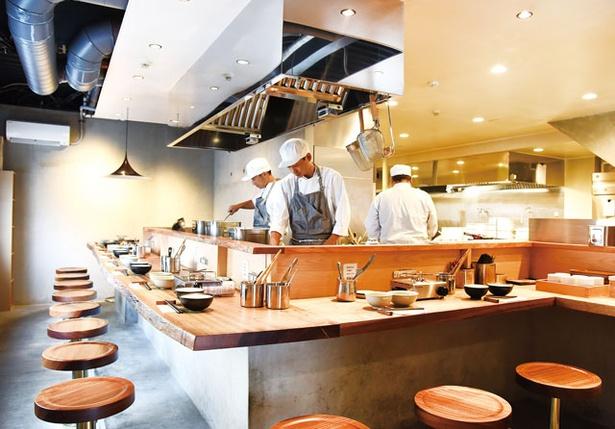 美野島火鍋工場 / 厨房に面したカウンター席のほかにテーブル席を用意