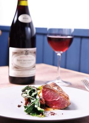 Cochonique / 昼2700円コースは全6品。写真のメインは、フランス産カモのロースト。ワインはグラス756円〜