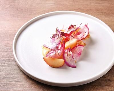 Cochonique / オードブルの一例・「ホタテとスモモのサラダ仕立て」。添えた国産レモンのピュレやソースも爽やか