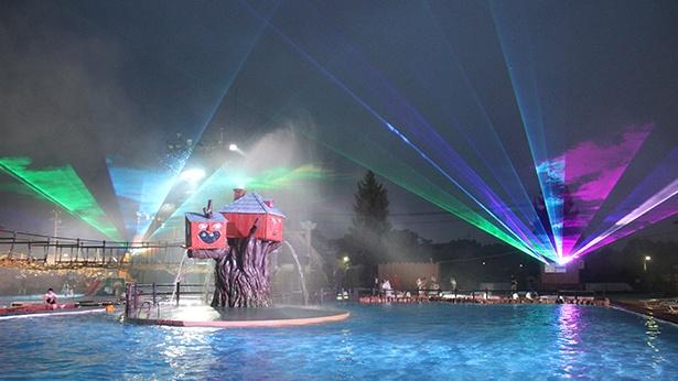 プールにつかりながらオーロラショーが楽しめる