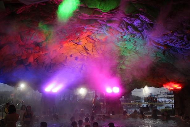 冷えた体を温めるスプリングハウスの天井は、ロシアの氷の洞窟をイメージ
