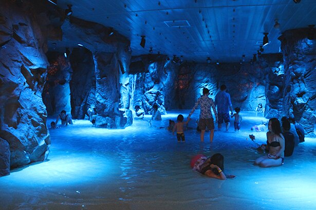 湯遊大洞窟はイタリア・カプリ島の青の洞窟をイメージした空間に