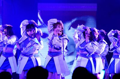 『NO WAY MAN』を歌う岡田奈々(中央)・小栗有以(左)・向井地美音(右)